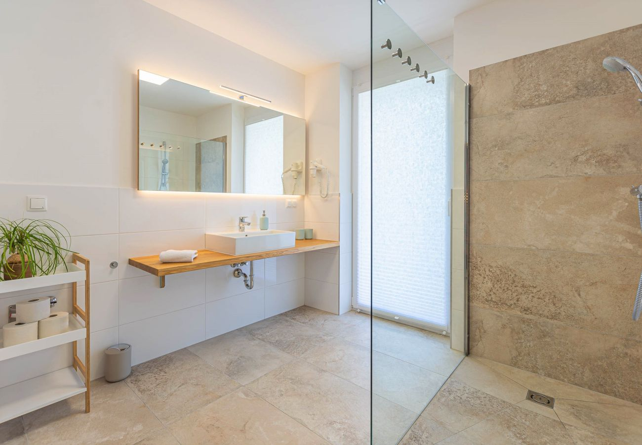 barrier-free shower in the bathroom in the holiday home Grimming Lodge Distel in Tauplitz