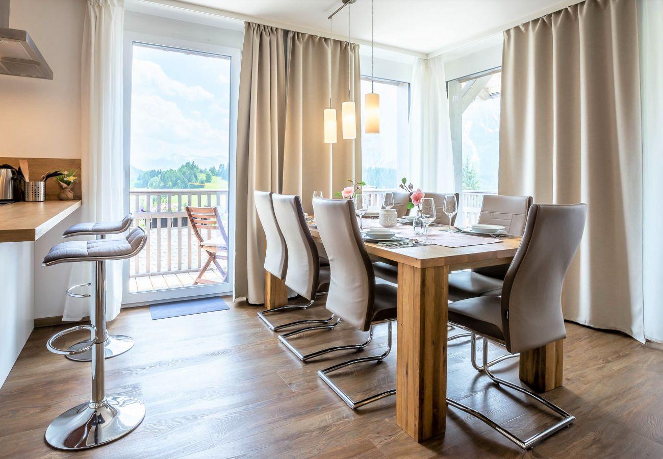 Esszimmer in der Ferienwohnung Grimming Lodge Sonnenroeschen in Tauplitz