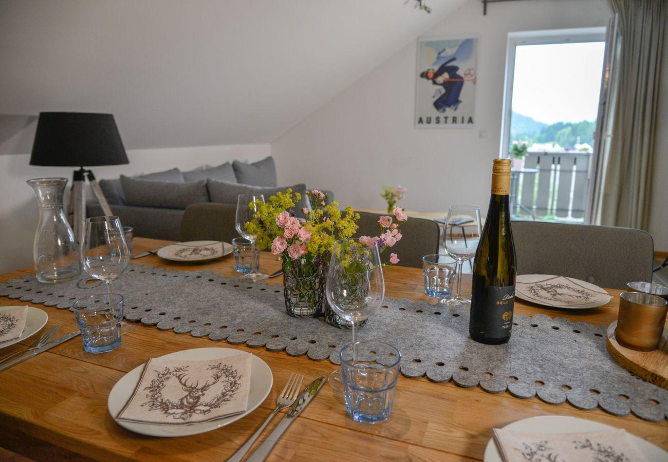 Tisch gedeckt in der Ferienwohnung Grimming Lodge Windroeschen in Tauplitz
