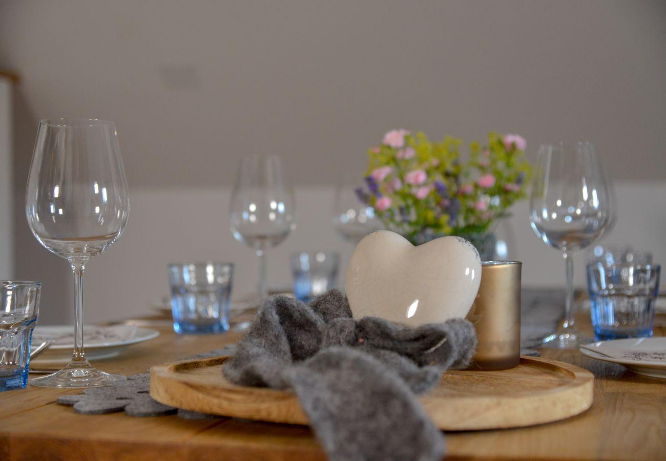 gedeckter Tisch in der Ferienwohnung Grimming Lodge Windroeschen in Tauplitz