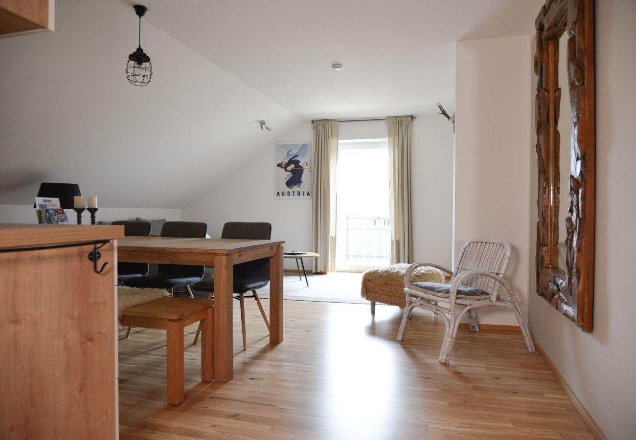 Wohn und Esszimmer in der Ferienwohnung Grimming Lodge Windroeschen in Tauplitz