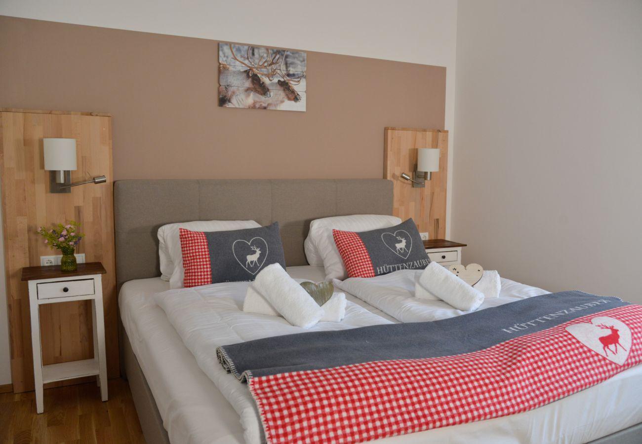 Schlafzimmer 1 in der Ferienwohnung Grimming Lodge Windroeschen in Tauplitz