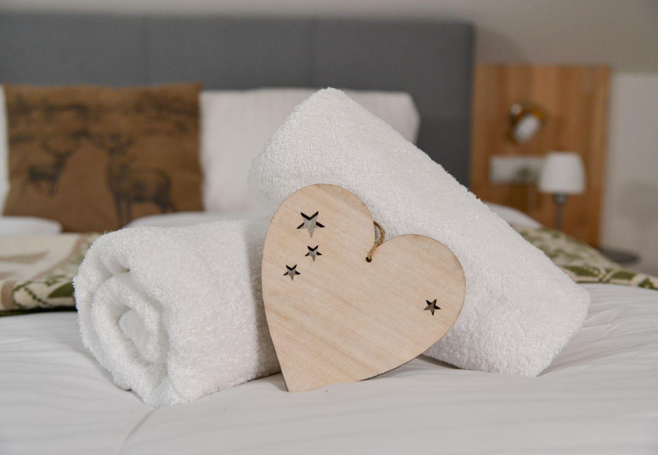 Dekoration im Schlafzimmer 2 in Grimming Lodge Winderoeschen in Tauplitz