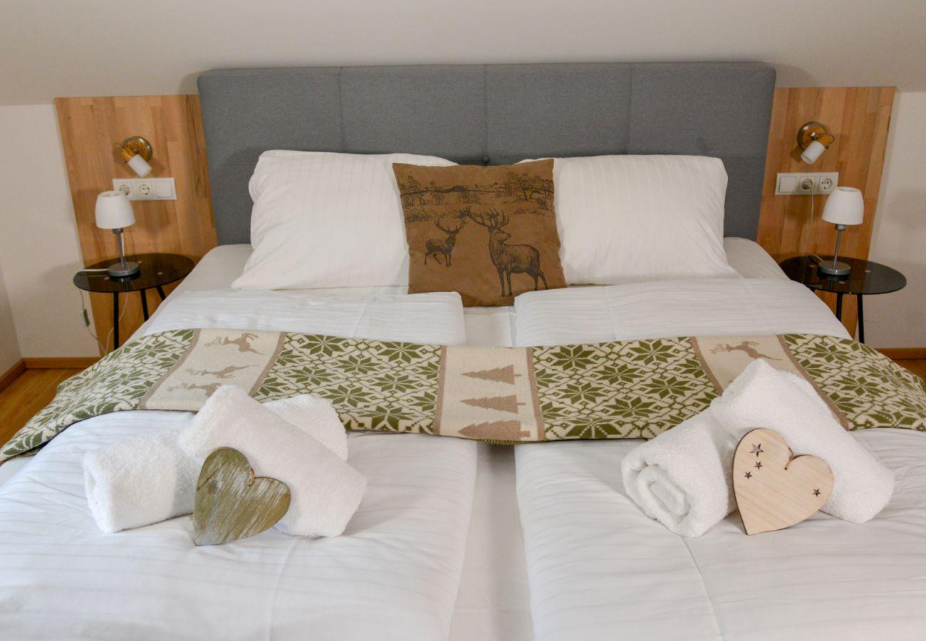 Schlafzimmer 2 in der Ferienwohnung Grimming Lodge Windroeschen in Tauplitz