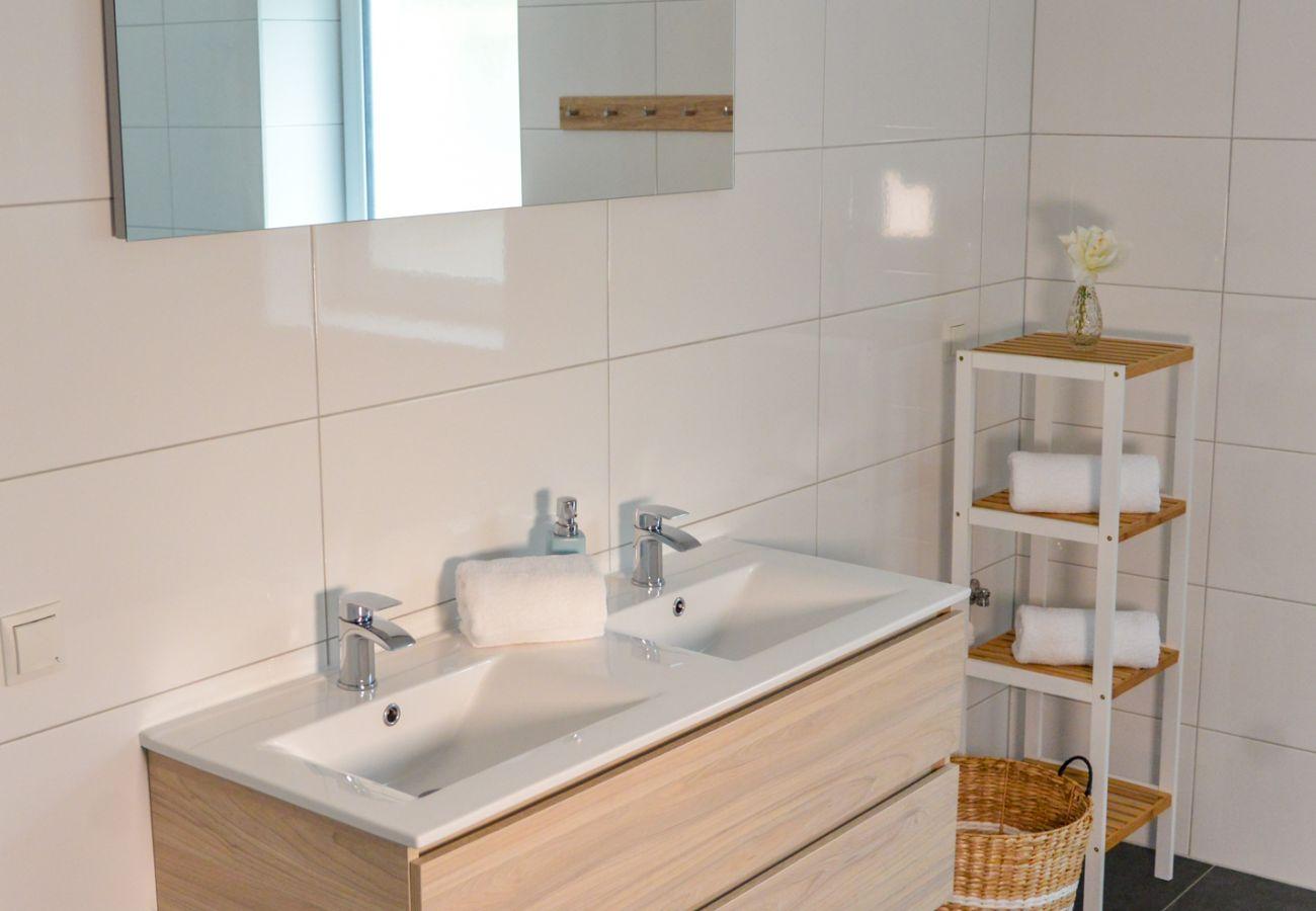 Waschbecken im Bad in der Ferienwohnung Grimming Lodge Windroeschen in Tauplitz