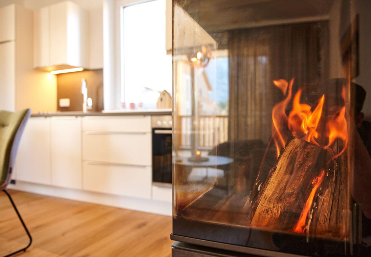 Kamin mit blick auf der Küche in der Ferienwohnung Alm Lodge A5 in Tauplitz