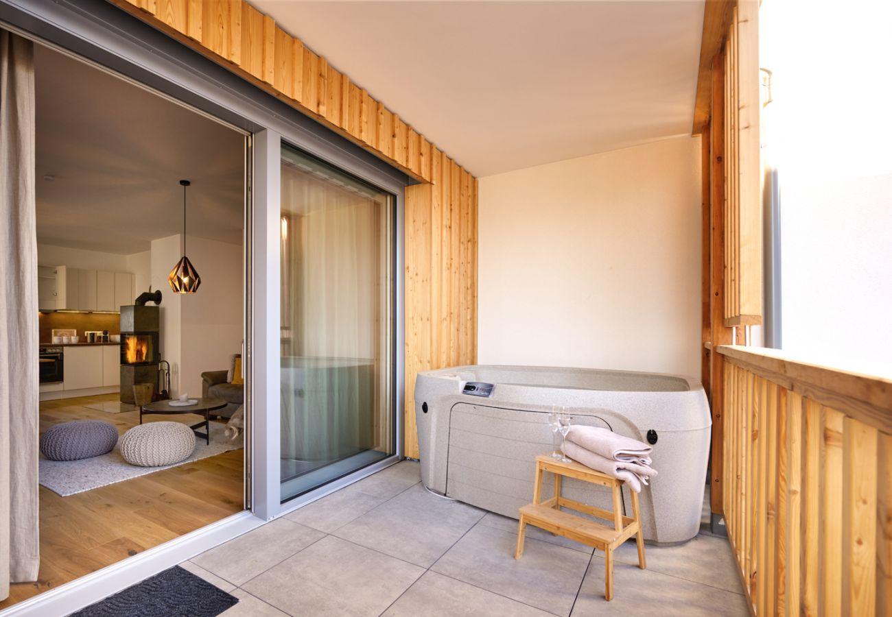 Balkon mit Whirlpool und Sitzgelegenheit in der Ferienwohnung Alm Lodge A5 in Tauplitz