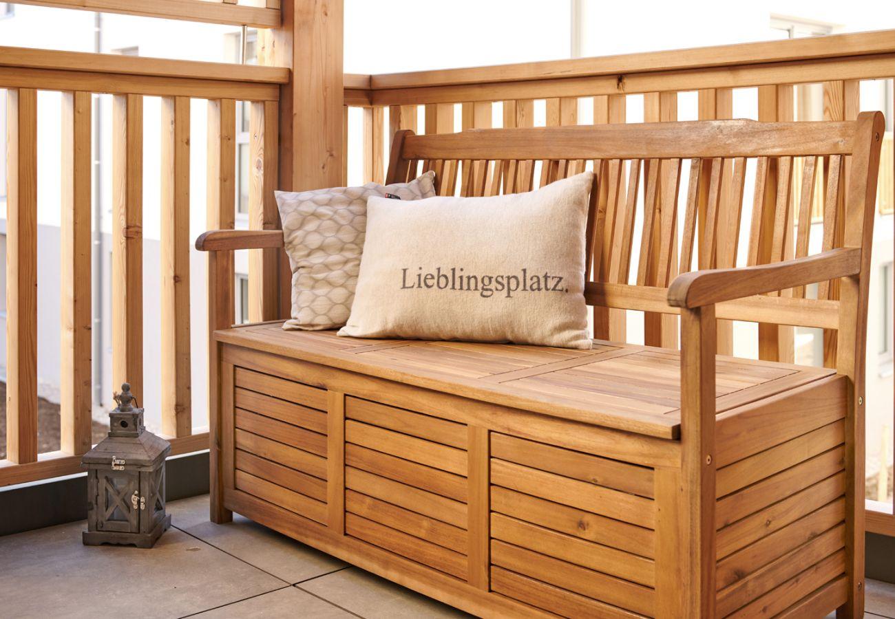 Balkon mit Sitzgelegenheit in der Ferienwohnung Alm Lodge A5 in Tauplitz