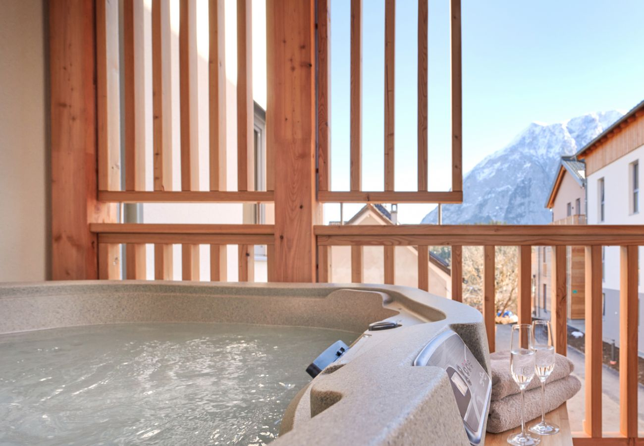Whirlpool mit Blick auf die Berge in der Ferienwohnung Alm Lodge A5 in Tauplitz