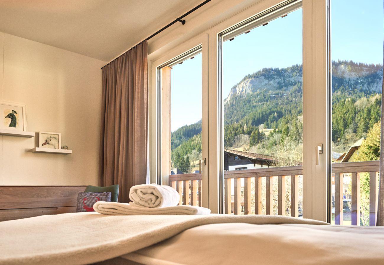 Schlafzimmer 1  mit Aussicht auf die Berge in der Ferienwohnung Alm Lodge A5 in Tauplitz