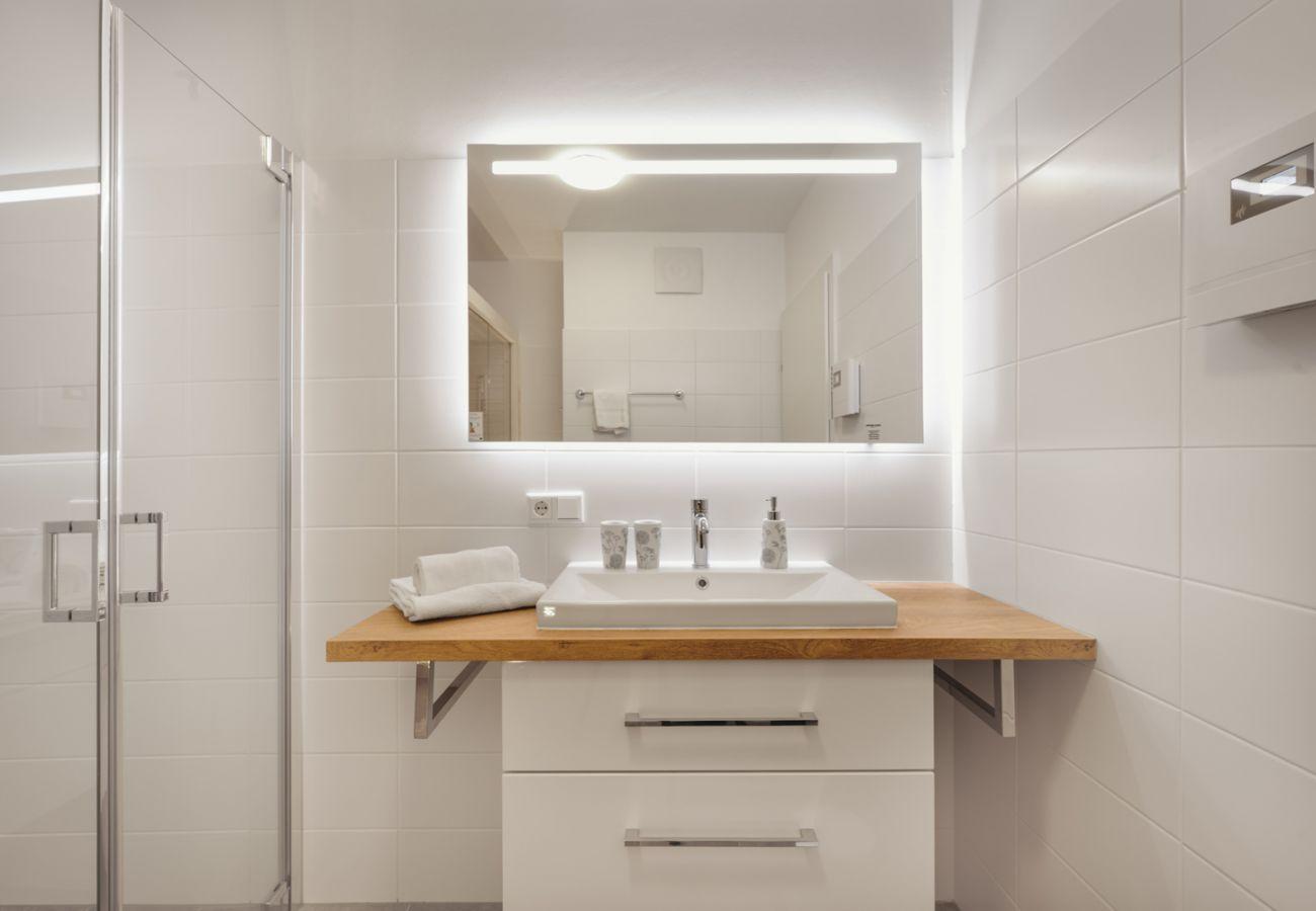 Badezimmer mit Badmöbel und Waschbecken in der Ferienwohnung Alm Lodge A5 in Tauplitz