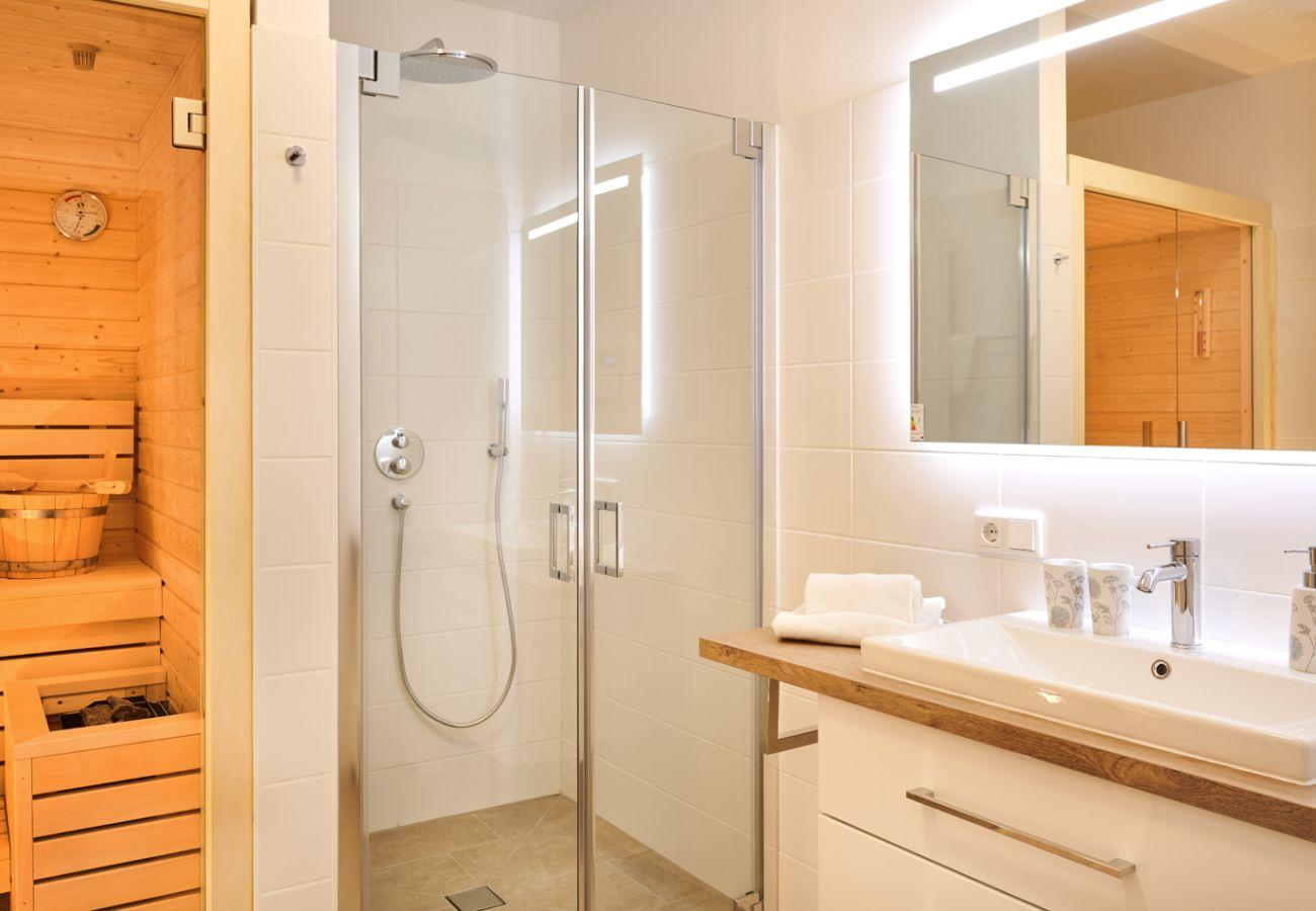 Badezimmer mit Sauna und Regendouche in der Ferienwohnung Alm Lodge A5 in Tauplitz