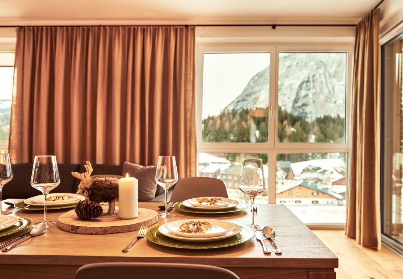 Esstisch mit Aussicht auf die Berge in der Ferienwohnung Adler Lodge D3 in Tauplitz