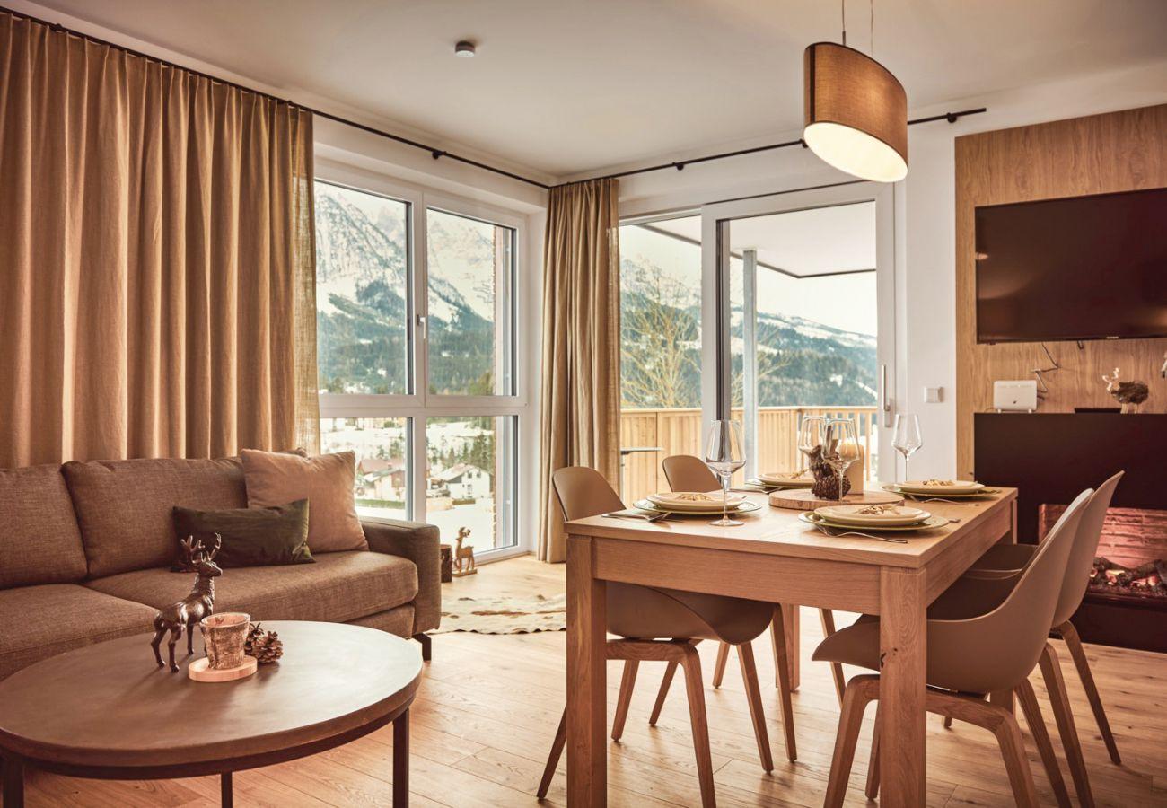 Wohnbereich mit Aussicht auf die Berge in der Ferienwohnung Adler Lodge D3 in Tauplitz