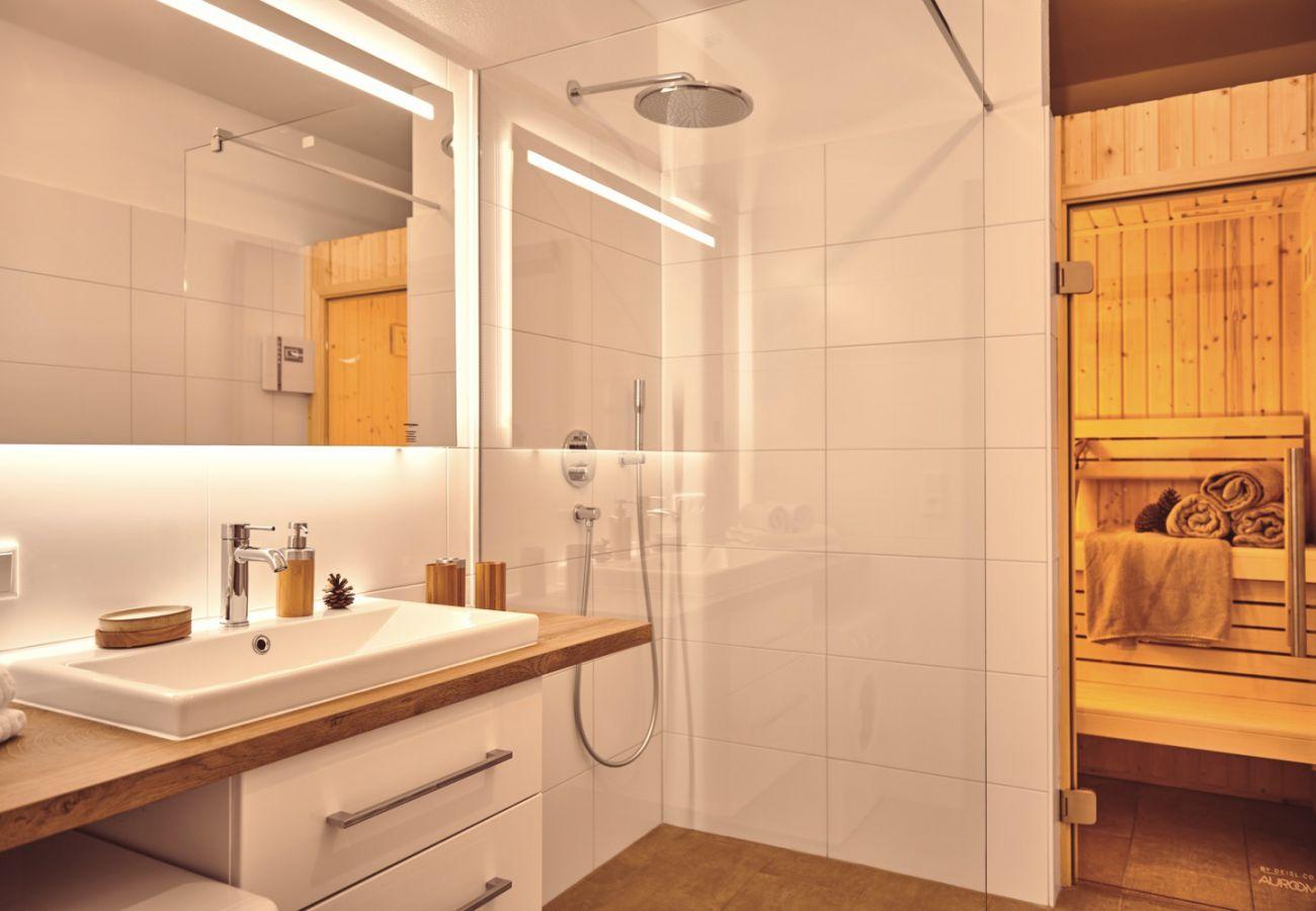 Badezimmer mit Sauna in der Ferienwohnung Adler Lodge D3 in Tauplitz