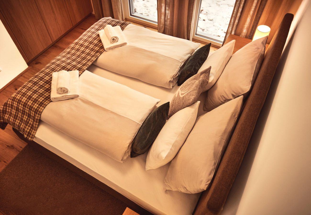 Schlafzimmer 1 in der Ferienwohnung Adler Lodge D3 in Tauplitz