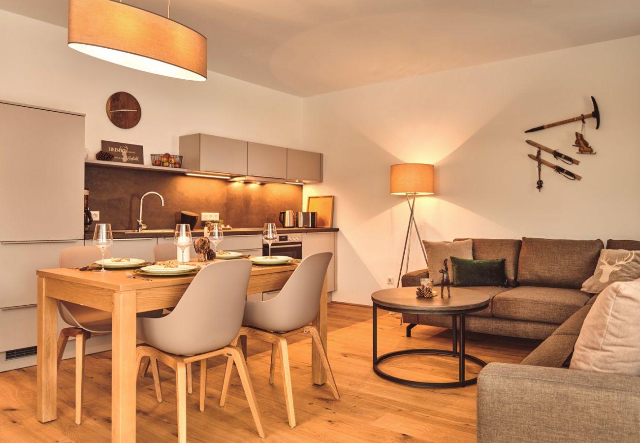 Wohnbereich mit Schlafcouch in der Ferienwohnung Adler Lodge A3 in Tauplitz