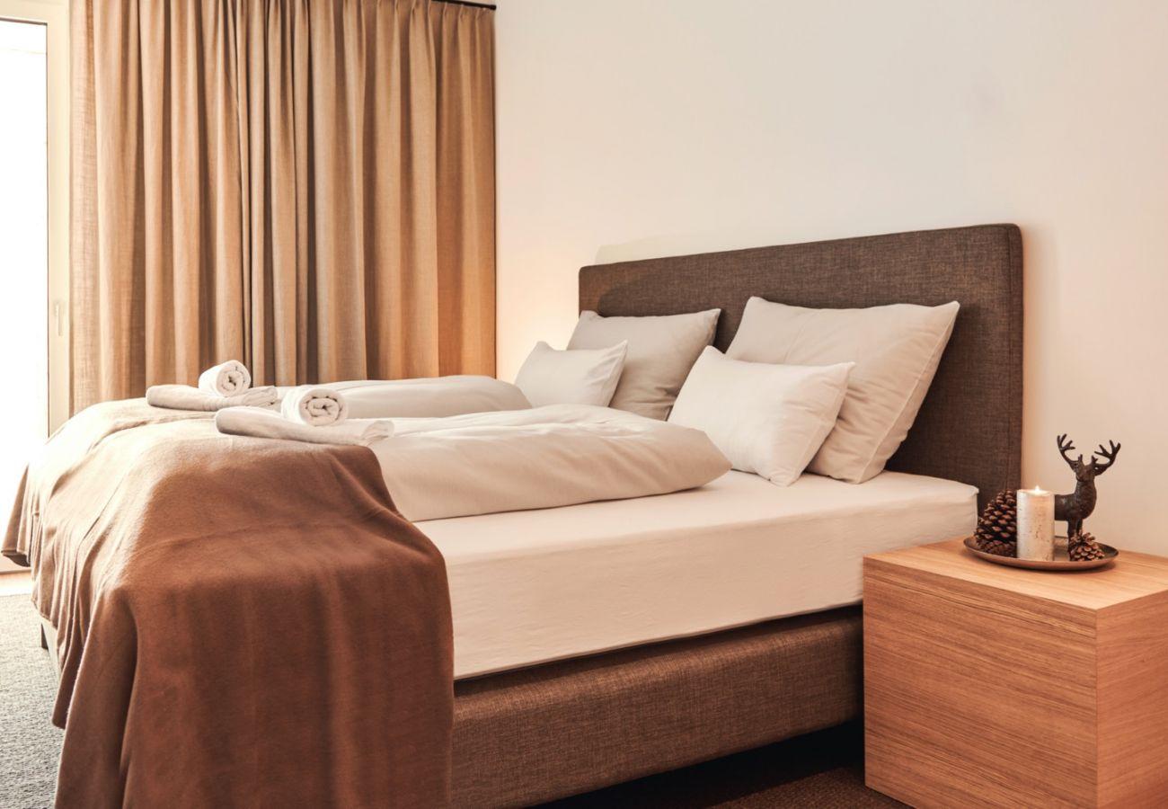 Schlafzimmer 1 mit Terrasse in der Ferienwohnung Wasserfall Lodge C2 in Tauplitz