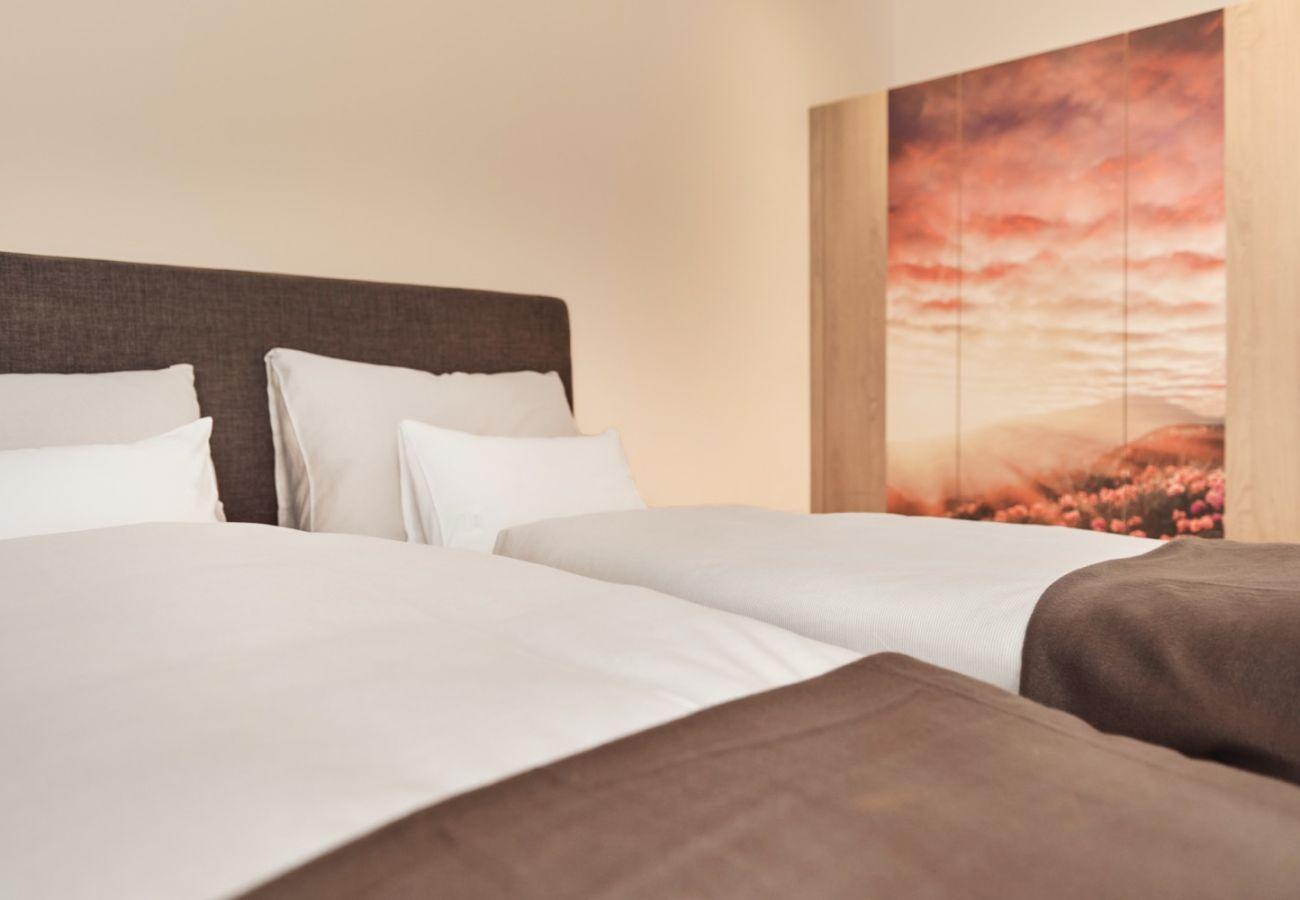 Schlafzimmer 1 mit dubbel bed in der Ferienwohnung Wasserfall Lodge C2 in Tauplitz