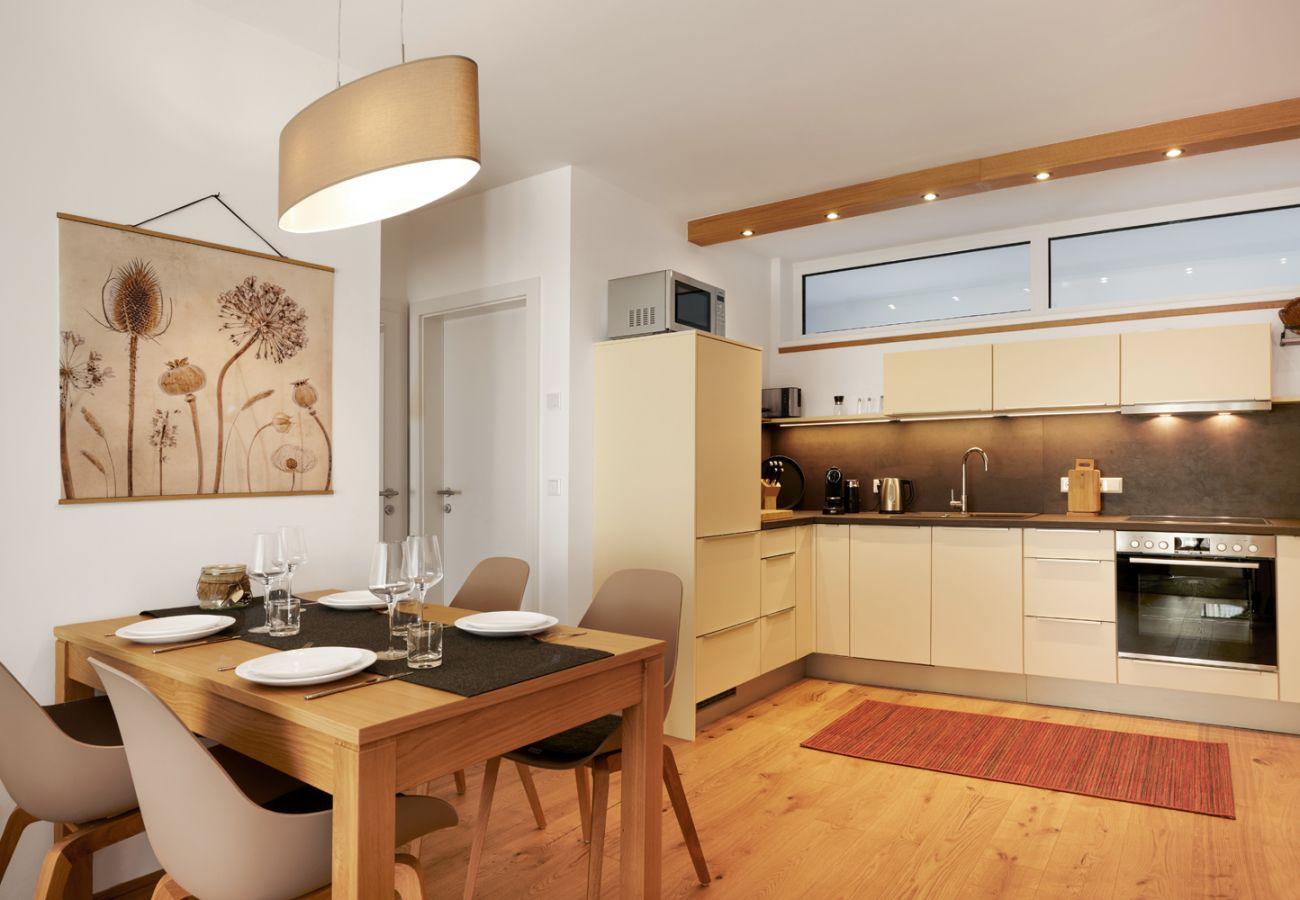 Wohnbereich und Küche in der Ferienwohnung Wasserfall Lodge C2 in Tauplitz