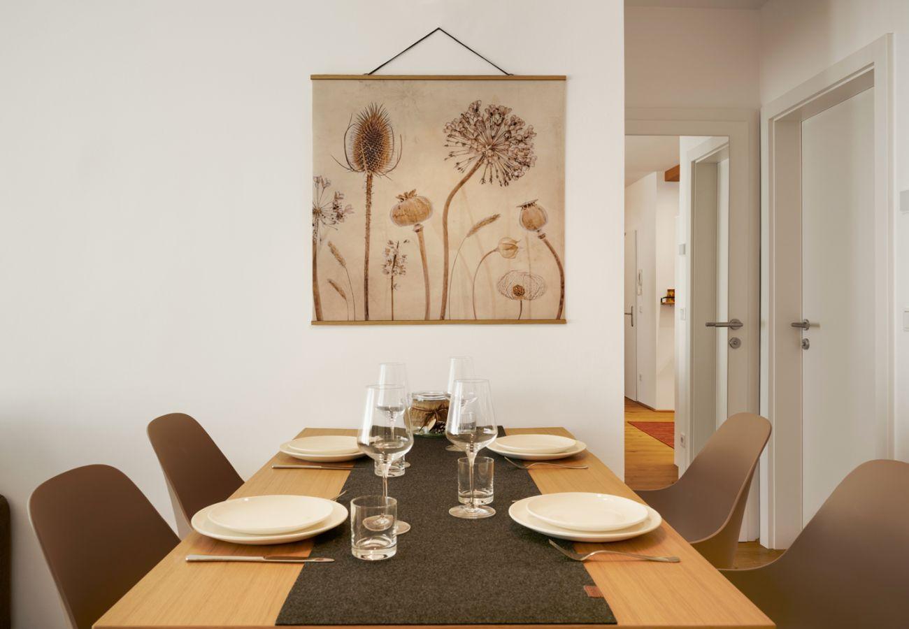 Esstisch mit Geschirr in der Ferienwohnung Wasserfall Lodge C2 in Tauplitz