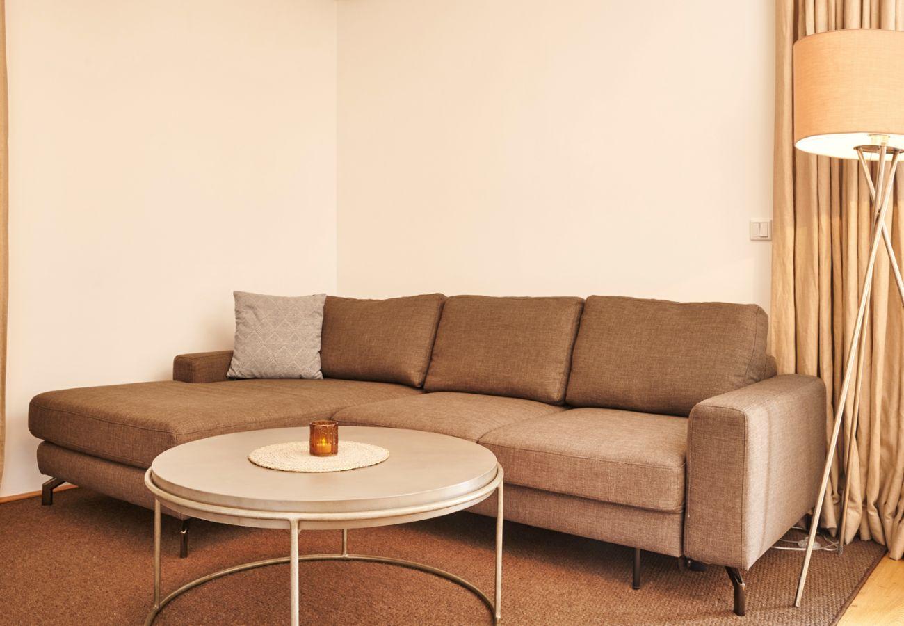 Wohnzimmer mit Schlafcouch in der Ferienwohnung Adler Lodge D1 in Tauplitz
