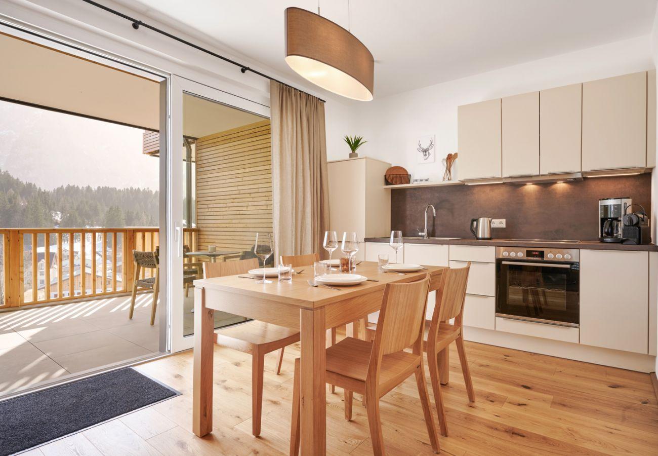 Küche mit Esstisch in der Ferienwohnung Adler Lodge D1 in Tauplitz