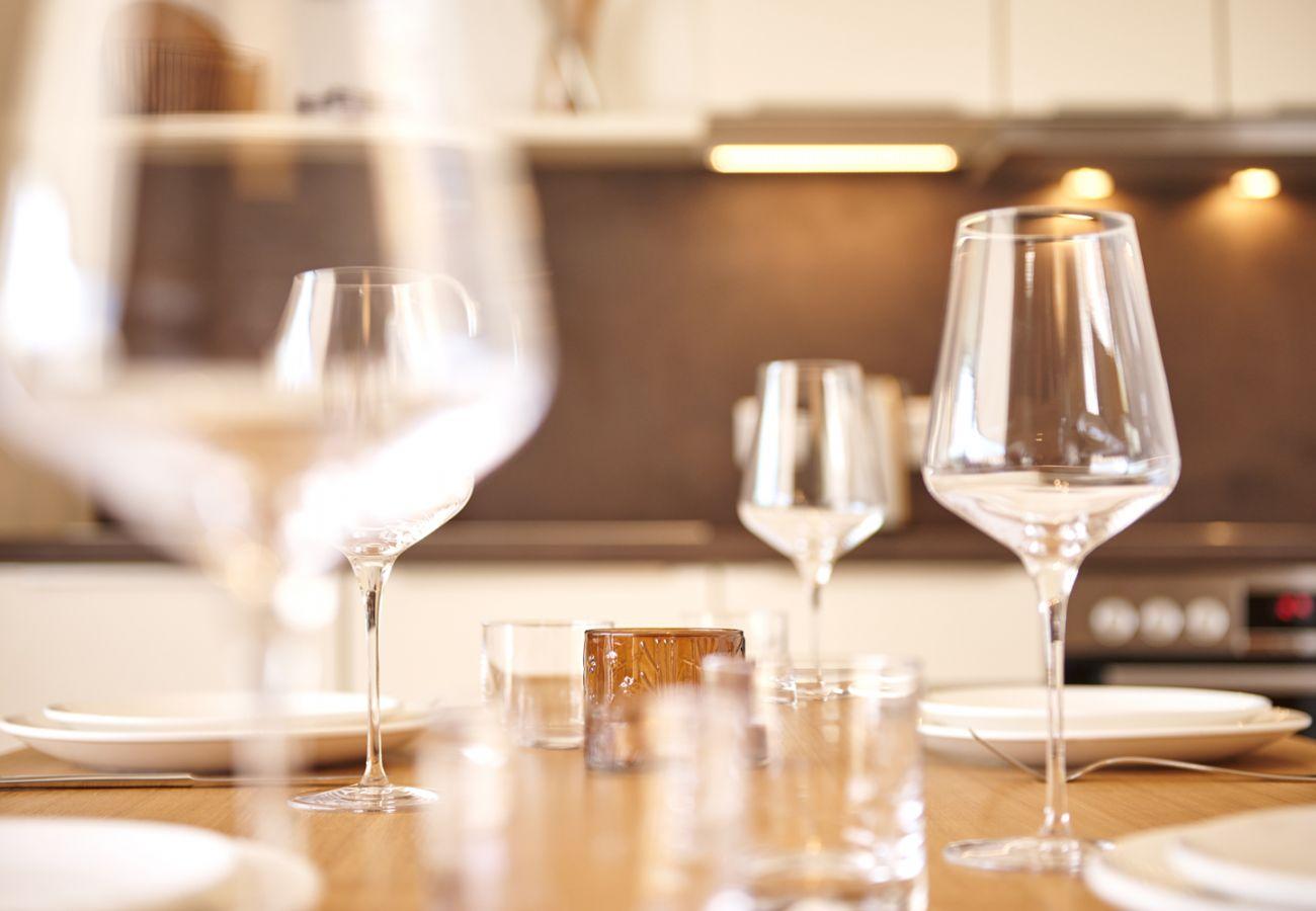 Gedeckte Esstisch mit Weingläser in der Ferienwohnung Adler Lodge D1 in Tauplitz