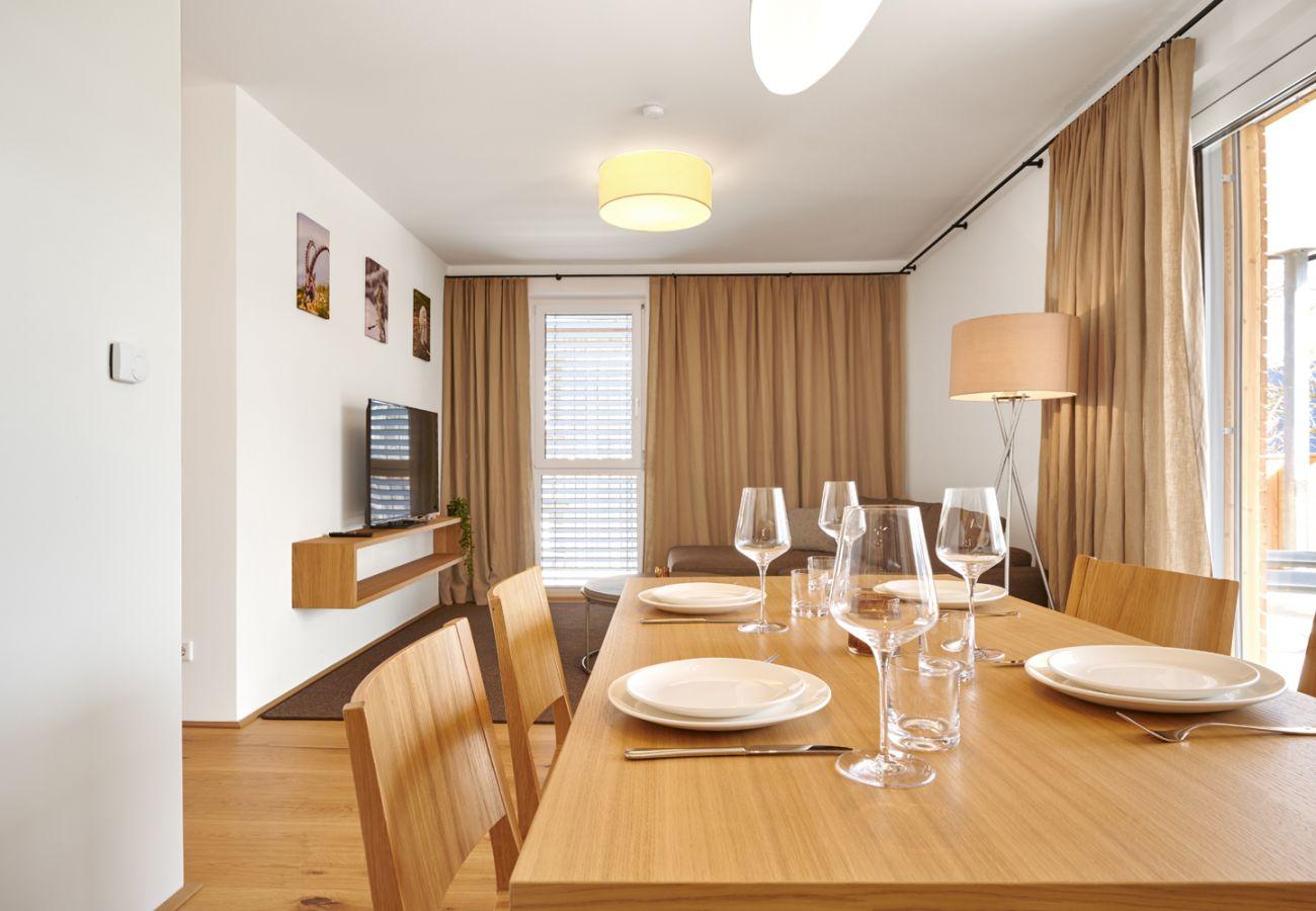 Esstisch im Wohnbereich in der Ferienwohnung Adler Lodge D1 in Tauplitz