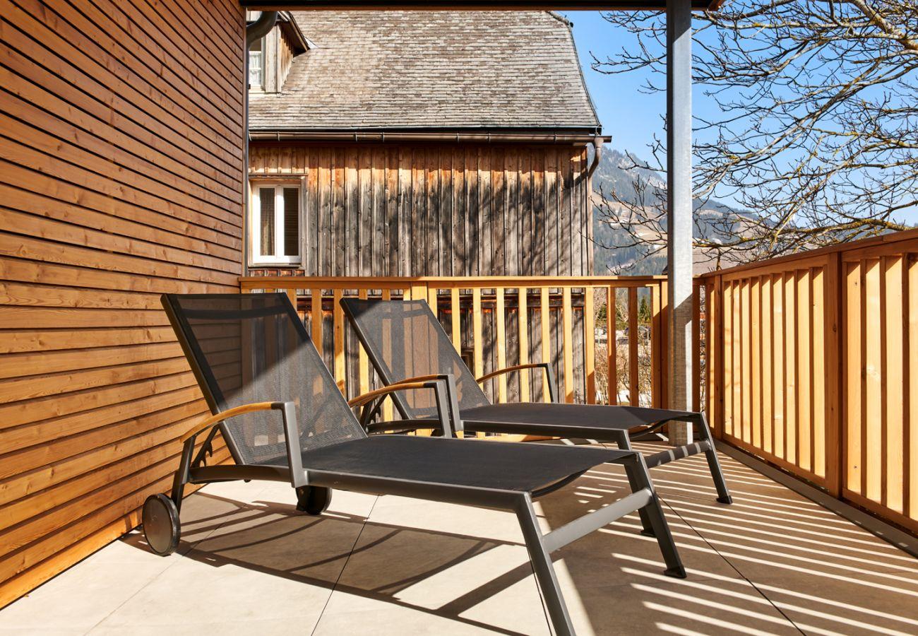 Terrasse mit Liegenstühle in der Ferienwohnung Adler lodge D1 in Tauplitz
