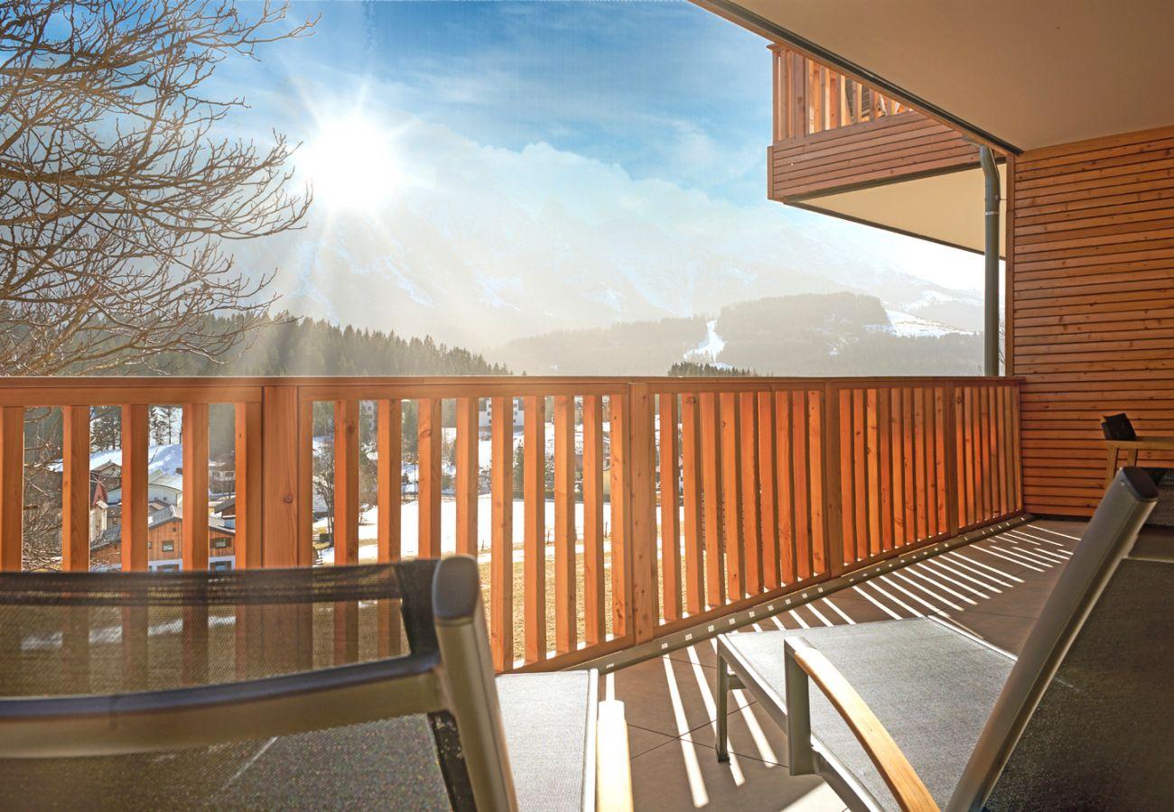 Terrasse mit Aussicht auf die Berge in der Ferienwohnung Adler Lodge D1 in Tauplitz