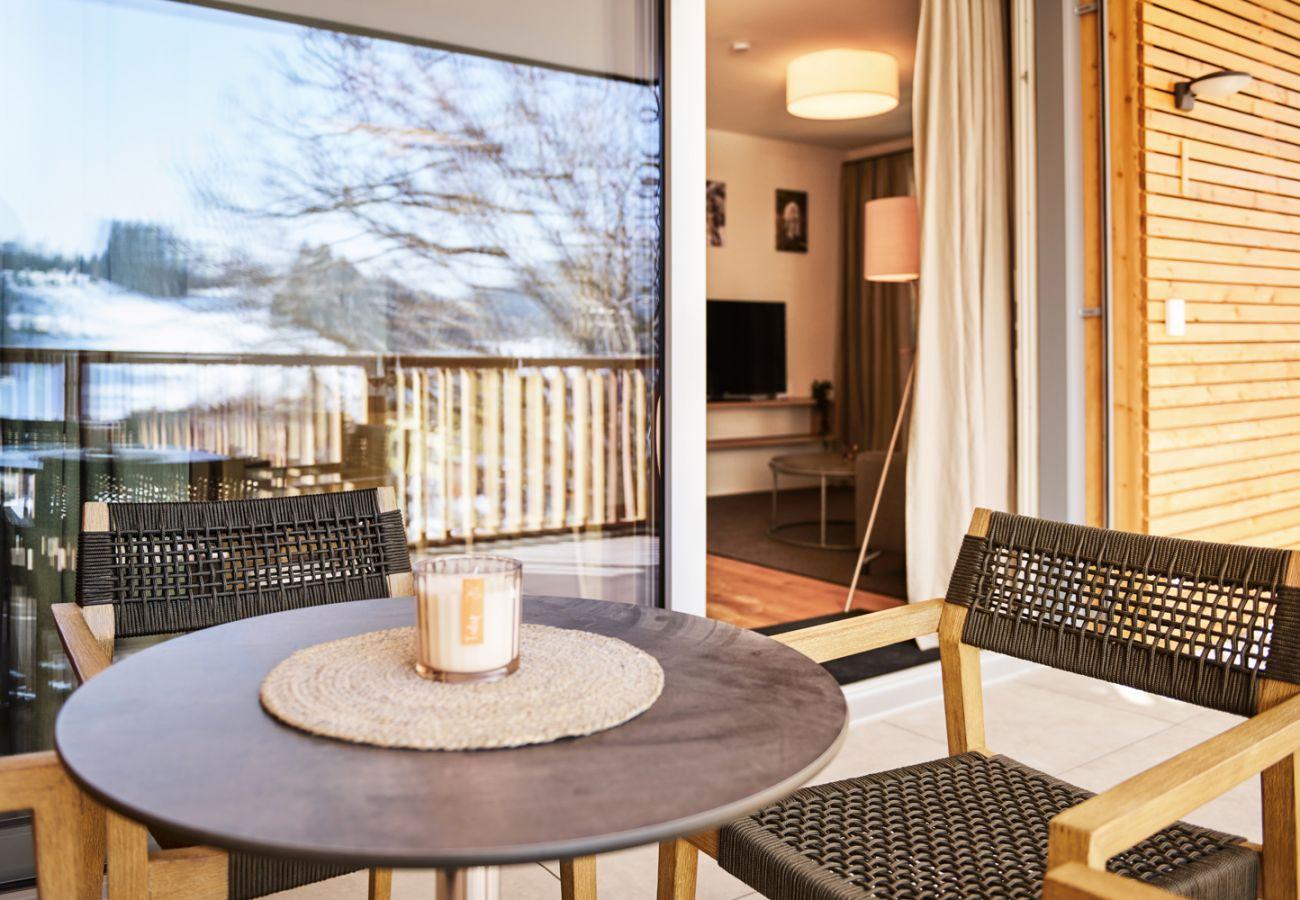 Terrasse mit Sitzbereich in der Ferienwohnung Adler lodge D1 in Tauplitz