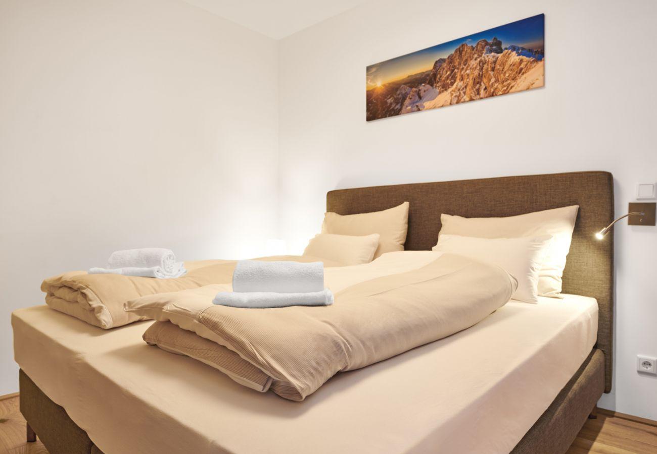 Schlafzimmer Doppelbett in der Ferienwohnung Adler Lodge D1 in Tauplitz