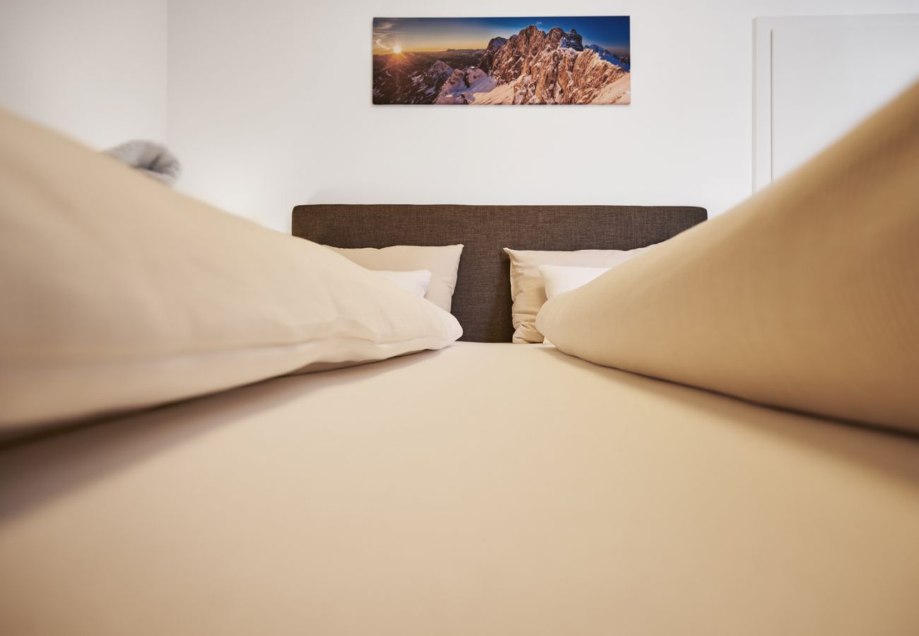 Schlafzimmer in der Ferienwohnung Adler Lodge D1 in Tauplitz