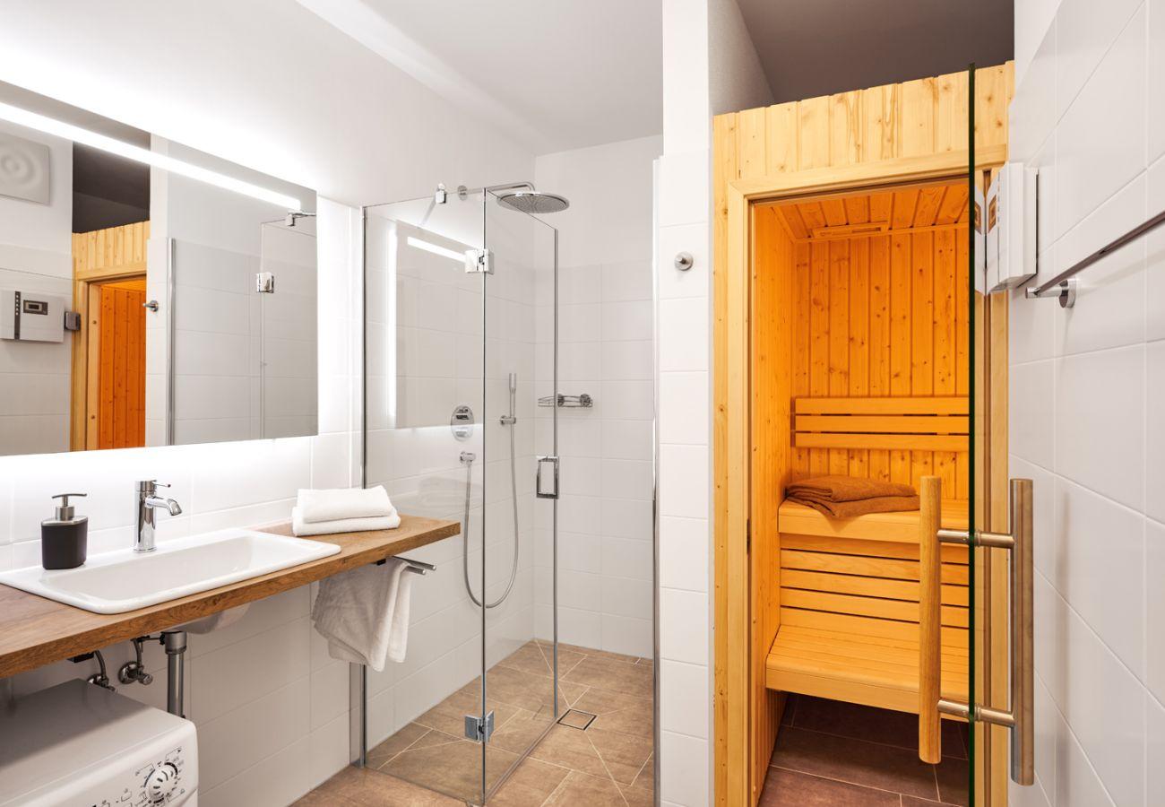 Badezimmer mit Sauna und Regendouche in der Ferienwohnung Adler Lodge D1 in Tauplitz