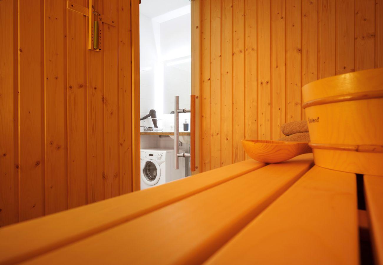 Badezimmer mit Sauna in der Ferienwohnung Adler lodge D1 in Tauplitz