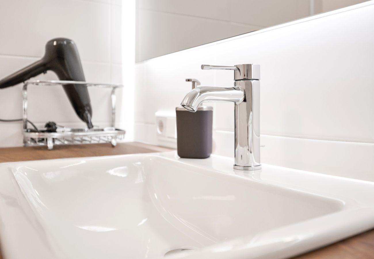 Badezimmer mit Waschbecken in der Ferienwohnung Adler Lodge D1 in Tauplitz