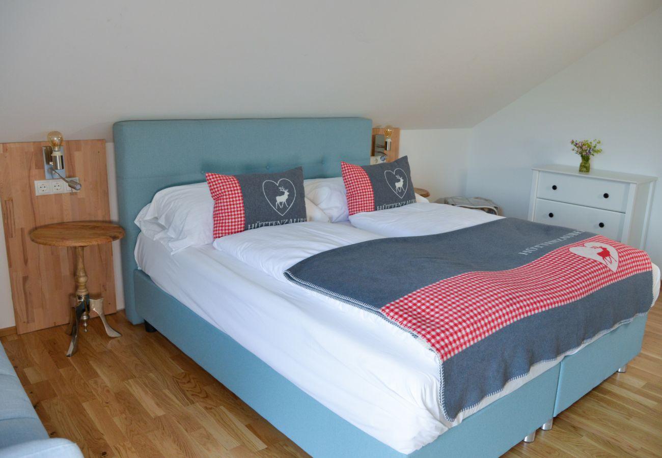 Schlafzimmer in der Ferienwohnung Grimming Lodge Goldrute in Tauplitz