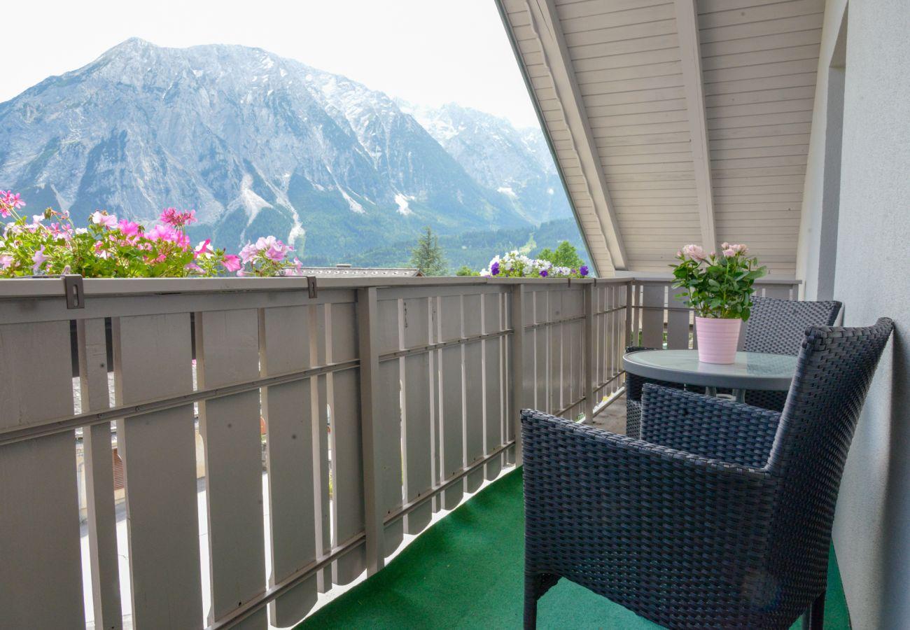 Balkon mit Aussicht in der Ferienwohnung Grimming Lodge Goldrute in Tauplitz