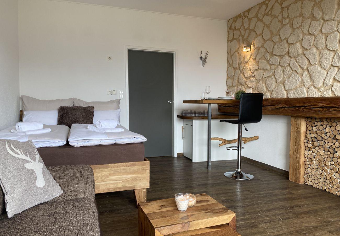 Schlafzimmer mit alpine Style  in der Ferienwohnung Alpine Studio Apartment in der Schladming-Dachstein Region