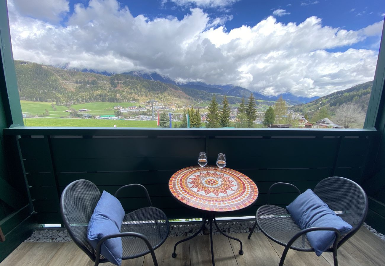 Terrasse mit Sitzbereich in der Ferienwohnung Alpine Studio Apartment in der Schladming Dachstein Region
