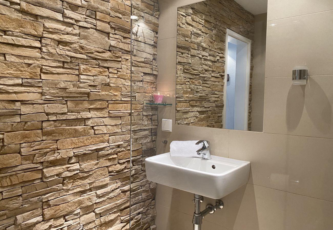Badezimmer in der Ferienwohnung Alpine Studio Apartment in der Schladming Dachstein Region