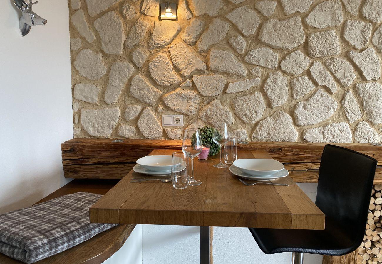 Gedeckter Esstisch von der Ferienwohnung Alpine Studio Apartment in der Schladming-Dachstein Region
