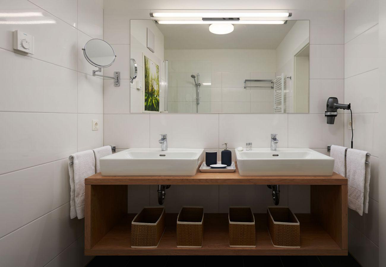Badezimmer in der Ferienwohnung Fastenberg Top 3 in der Schladming-Dachstein Region