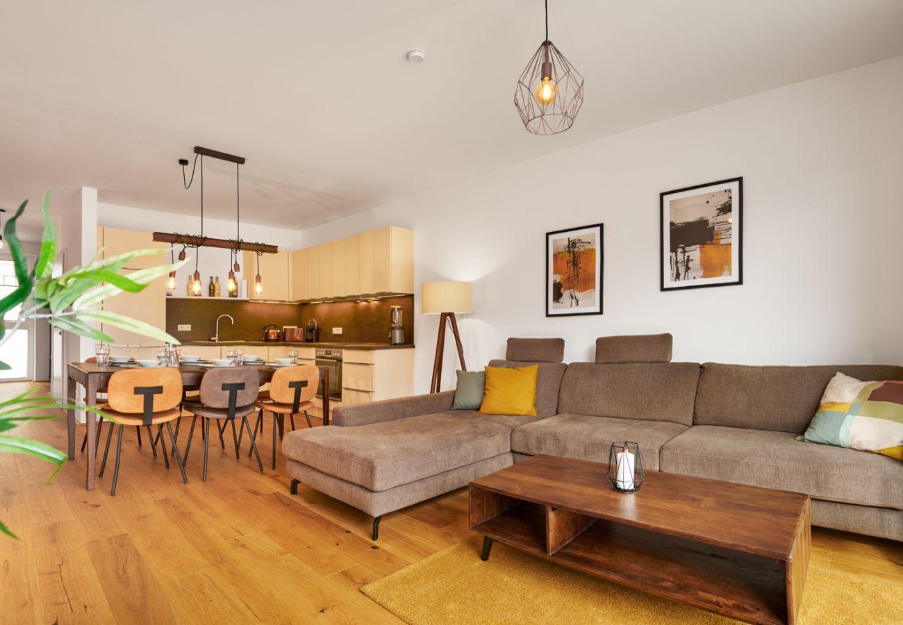 Wohnbereich mit Küche in der Ferienwohnung Adler lodge D5 in Tauplitz