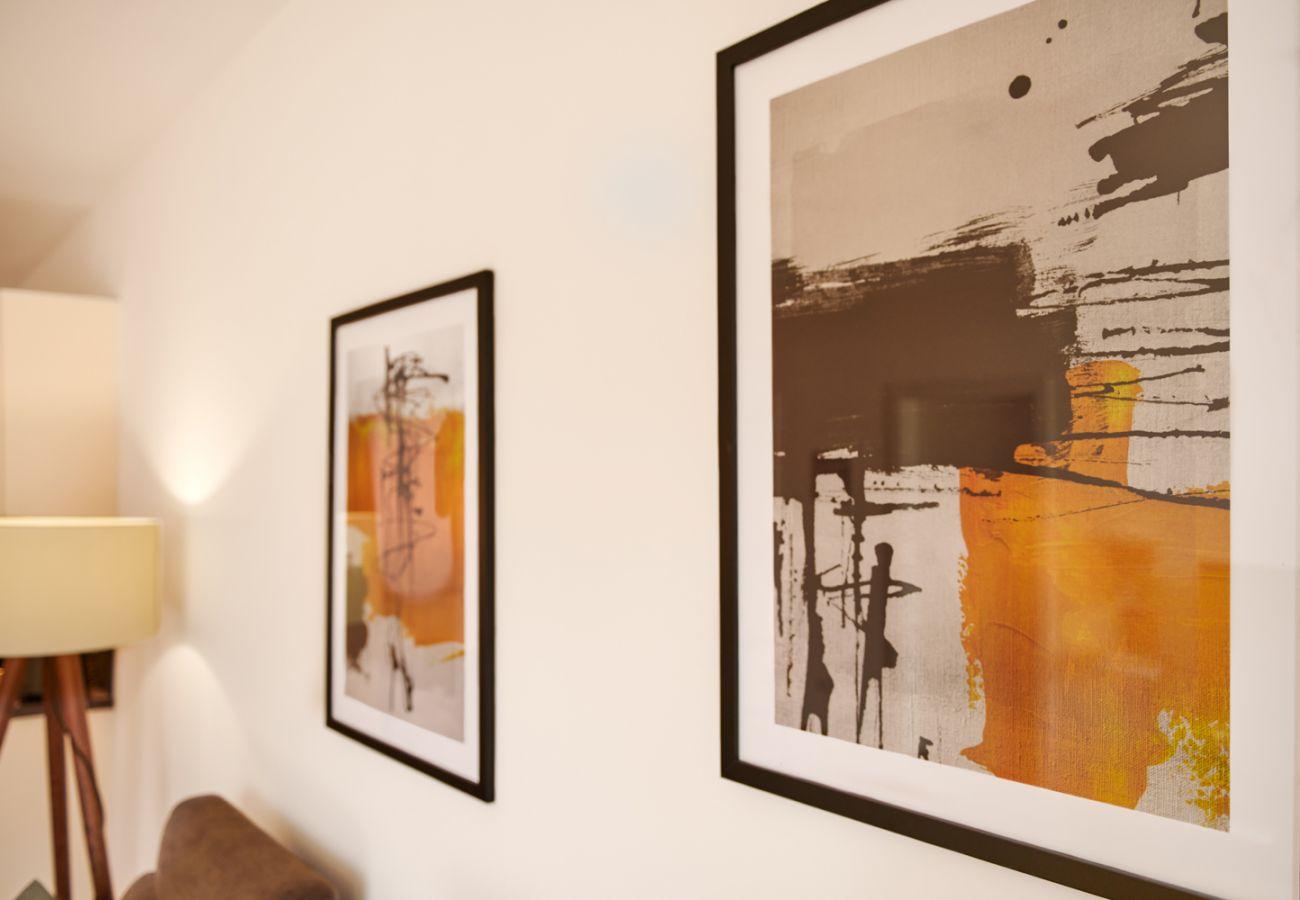 Wandbilder im Wohnzimmer in der Ferienwohnung Adler Lodge D5 in Tauplitz