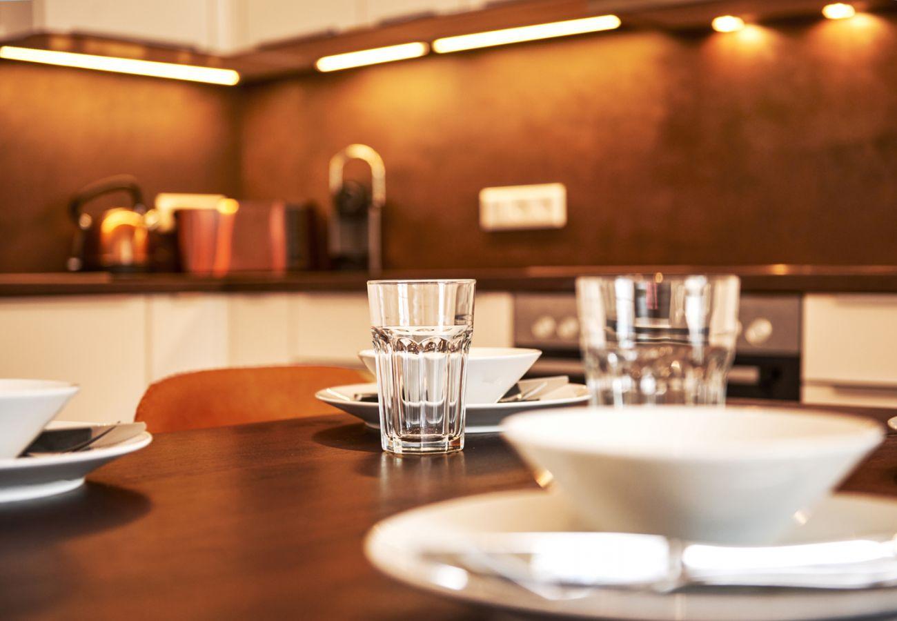 Küche mit Esstisch in der Ferienwohnung Adler Lodge D5 in Tauplitz, Details Foto