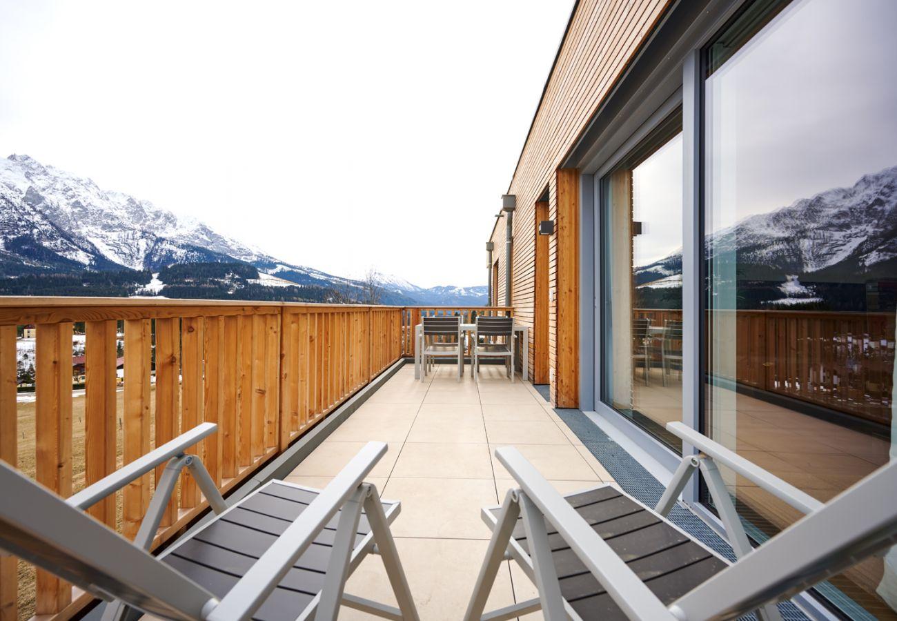Terrasse mit Aussicht auf die Berge in der Ferienwohnung Adler lodge D5 in Tauplitz