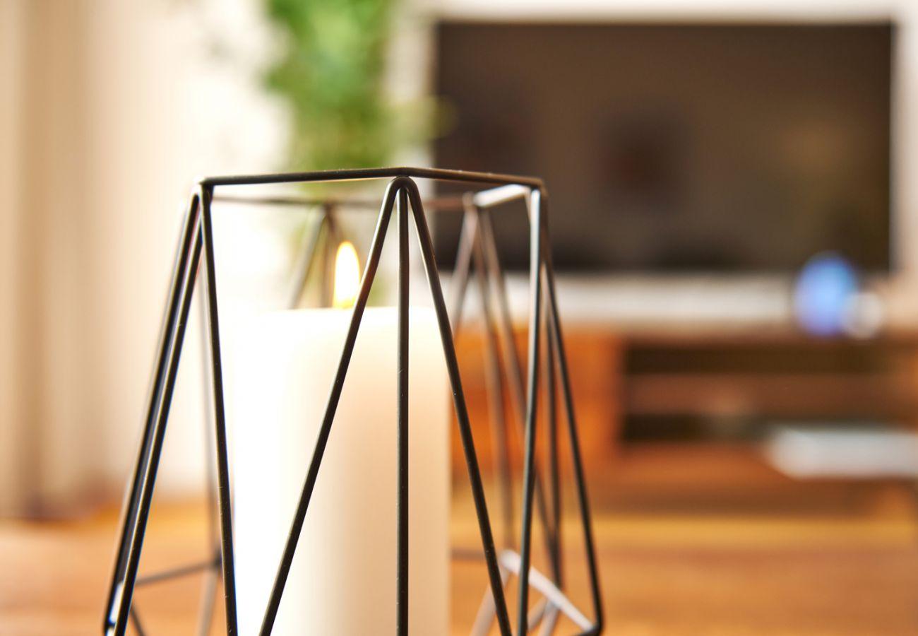 Dekorationskerze am Tisch im Wohnzimmer von der Ferienwohnung Adler lodge D5 in Tauplitz