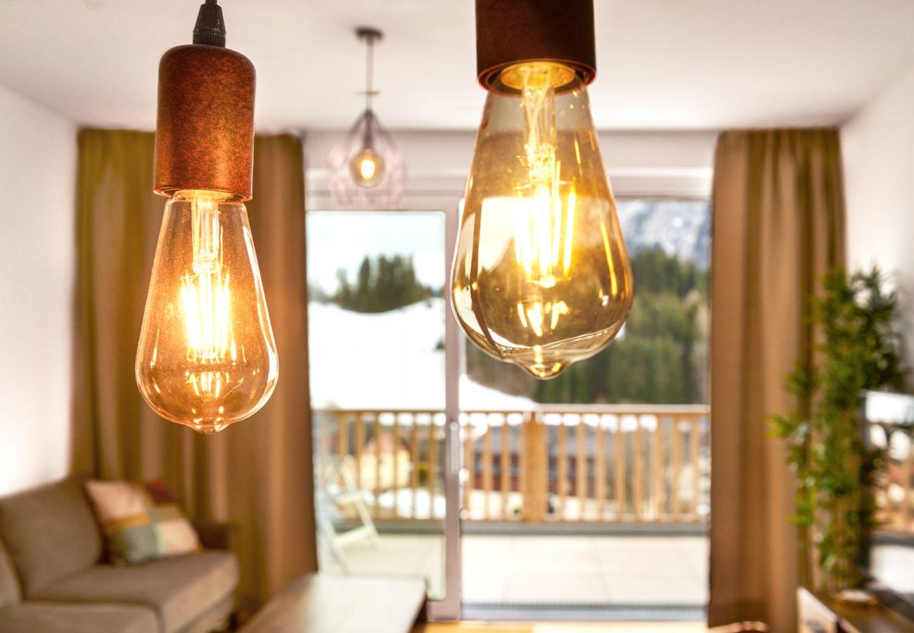 Wohnbereich mit Lampe in der Ferienwohnung Adler Lodge D5 in Tauplitz